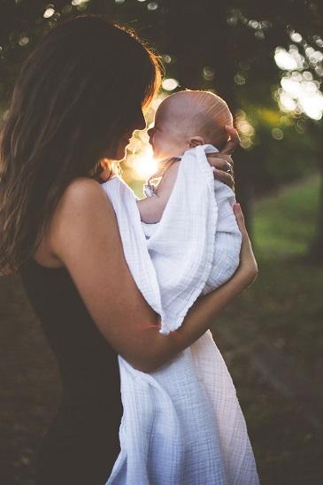 dans ma pratique de reflexologue a beziers je reçois les mamans et les bébés